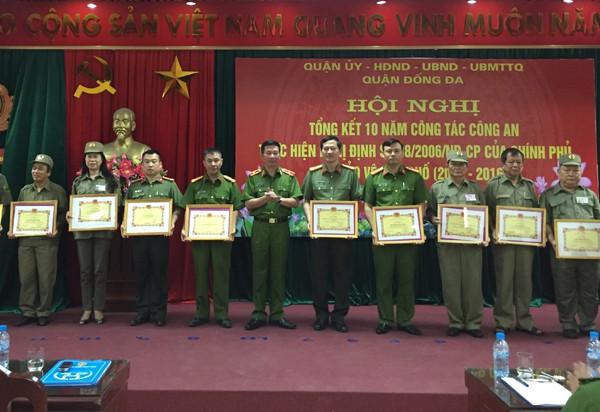 Thiếu tướng Đinh Văn Toản - Phó Giám đốc CATP Hà Nội trao quyết định khen thưởng cho những cá nhân có thành tích xuất sắc