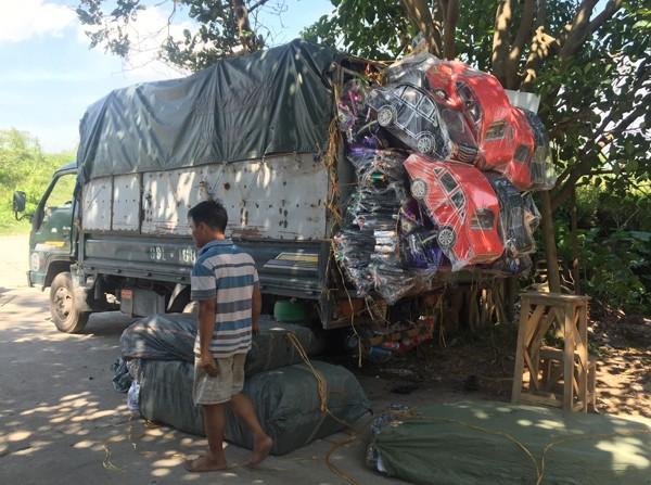 Hàng đoàn xe tải từ các tỉnh lũ lượt về Đông Hồ nhập hàng