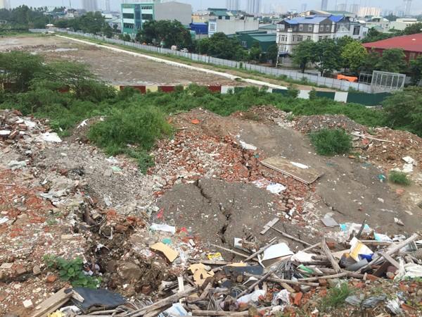 """Một phần của """"quả núi"""" đang trượt dần về phía con đường liên thôn của xã Tân Triều"""