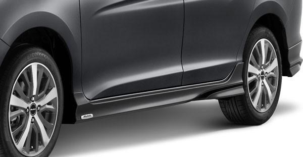 Ốp thân xe được gắn logo Modulo chắc chắn giúp tăng kiểu dáng khí động học