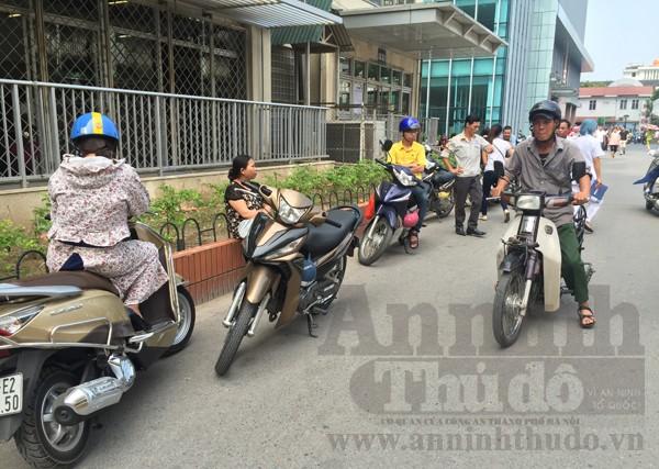 Không tìm được nơi gửi, xe máy đỗ bừa bãi khắp bệnh viện