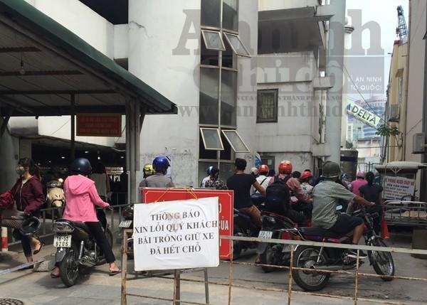 Bãi xe nhanh chóng hết chỗ, người dân buộc phải xếp hàng chờ đợi
