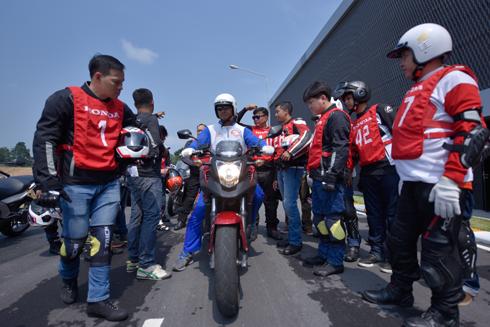 Đoàn Việt Nam nghe hướng dẫn từ Hướng dẫn viên tại Honda Safety Riding Park, Phuket