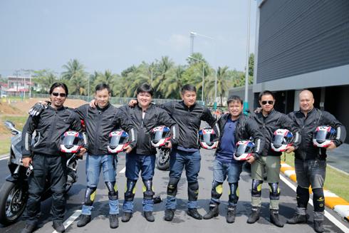 Đoàn biker Việt Nam chụp ảnh lưu niệm tại Honda Safety Riding Park