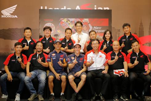 Đoàn Việt Nam chụp ảnh lưu niệm cùng Hiroshi Aoyama và Marc Marquez - Tân vô địch Giải đua thế giới MotoGP 2016