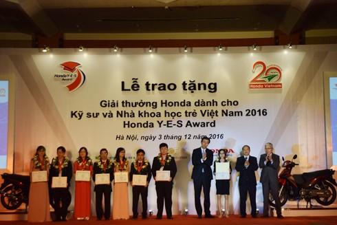 Đại diện HVN và đại diện Bộ KH&CN trao giải cho các sinh viên có thành tích xuất sắc