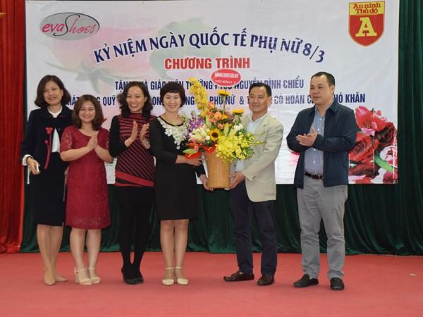 Báo ANTĐ và Công ty CP quốc tế VIT (nhãn hàng EvaShoe) tặng quà các cô giáo Trường PTCS Nguyễn Đình Chiểu (Hà Nội).
