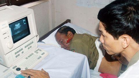 Các bác sỹ Bệnh viện CATP Hà Nội khám bệnh cho cán bộ, chiến sỹ Công an Thủ đô Viêng Chăn năm 2010