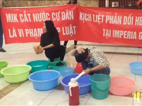 Bị cắt nước, cư dân mang xô, chậu xuống sảnh nhằm phản đối chủ đầu tư