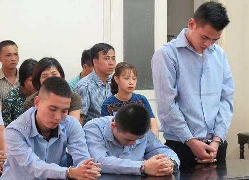 Đào Đức Đô (ngoài cùng, bên phải) và đồng phạm bị đưa ra xét xử