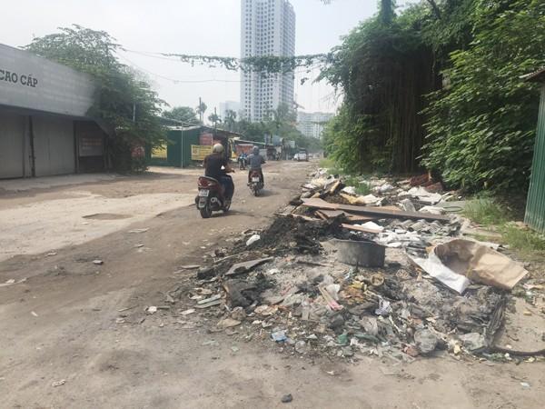 Những đống rác xuất hiện khắp nơi dọc ven đường