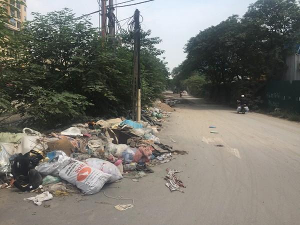 Phường Định Công đã từng phải chi tới 300 triệu đồng chỉ để dọn rác và phế thải trên con đường này