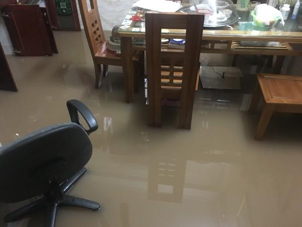 Mỗi khi trời mưa, cảnh nhà dân bị ngập lụt thương xuyên xảy ra do Eco Lake View đã làm tắc hệ thống thoát nước
