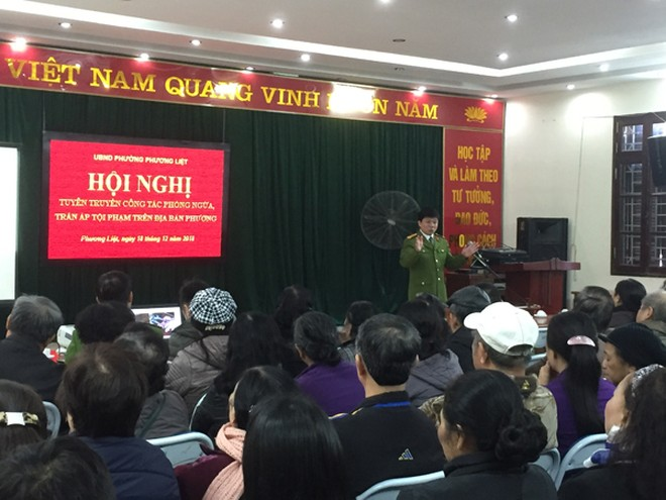 Chỉ huy đội CSHS CAQ Thanh Xuân tuyên truyền công tác phòng ngừa trấn áp các loại tội phạm cho cư dân phường Phương Liệt