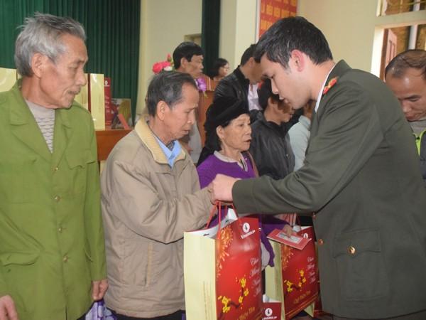 Đồng chí Vũ Mạnh Hùng - Phó TBT báo ANTĐ trao quà cho các hộ gia đình có hoàn cảnh khó khăn của huyện Hạ Hòa, Phú Thọ