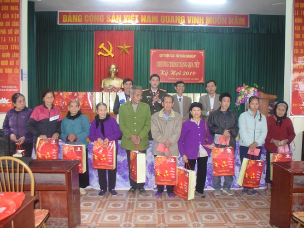 Báo ANTĐ và quỹ Thiện Tâm (Tập đoàn Vingroup) trao quà cho người dân khó khăn của huyện Hạ Hòa, Phú Thọ