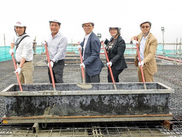 Ông Nguyễn Cảnh Sơn (giữa), Tổng Giám đốc Công ty Cổ phần Ariyana thực hiện nghi lễ cất nóc Ariyana Beach Resort & Suites Đà Nẵng