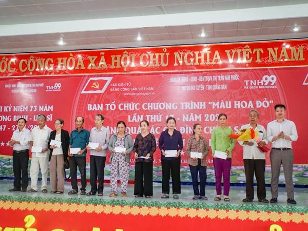Ông Phạm Hữu Hải - Phó Tổng giám đốc Công ty CP TNH99 Việt Nam tặng quà các gia đình chính sách thị trấn Nam Phước, huyện Duy Xuyên, tỉnh Quảng Nam