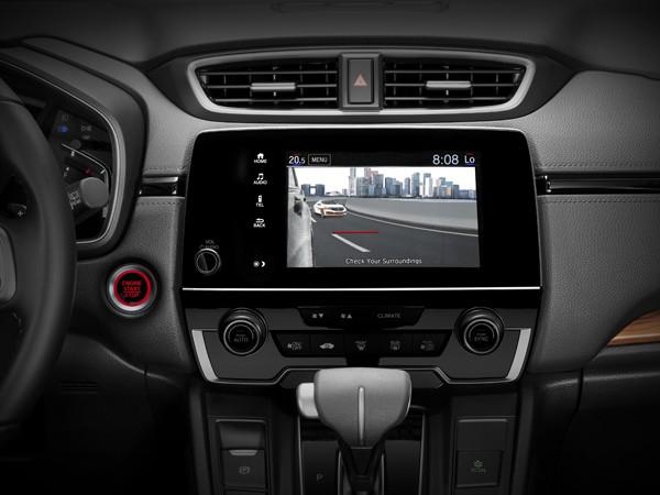 Honda CR-V 2020 được trang bị sạc không dây chuẩn Qi, cốp chỉnh điện với tính năng mở cốp rảnh tay bằng thao tác đá chân vào khoảng không giữa cản sau với mặt đất. Một số cải tiến nhỏ ở ngoại thất bao gồm cản trước và cản sau được thiết kế mới. La-zăng 5 chấu mới với đường kính 18 inch cùng cụm đèn sương mù dạng Led được trang bị trên cả 3 bản L, G, E. Xe vẫn sử dụng động cơ tăng áp 1.5L VTEC Turbo với công suất cực đại 188hp/5600rpm, mức tiêu hao nhiên liệu trung bình 6,9L/100km.
