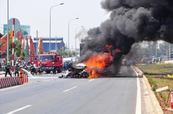 Lực lượng cảnh sát PCCC xử lý hiện trường vụ cháy
