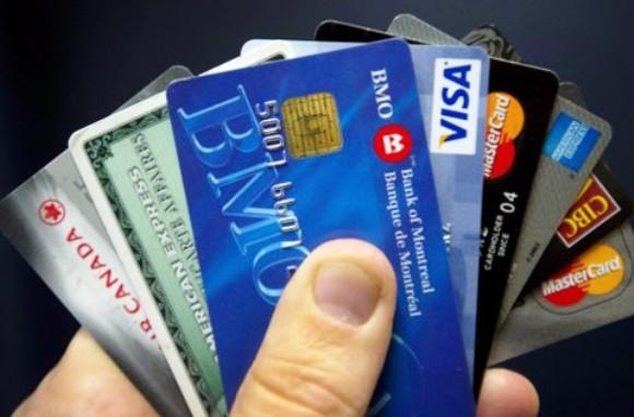 Thẻ tín dụng giả được băng nhóm người nước ngoài sản xuất tinh vi rồi nhập cảnh vào Việt Nam rút tiền (Ảnh minh họa)