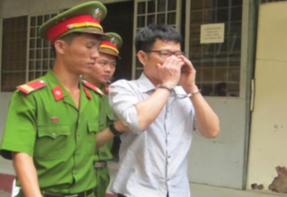 Bị cáo Nguyễn Phú Hòa rời tòa sau phiên xử phúc thẩm