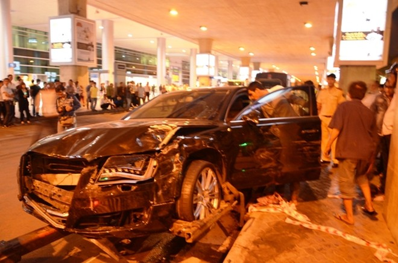 Hiện trường siêu xe gây tai nạn ở sân bay Tân Sơn Nhất TP.HCM đêm 10/2/2015