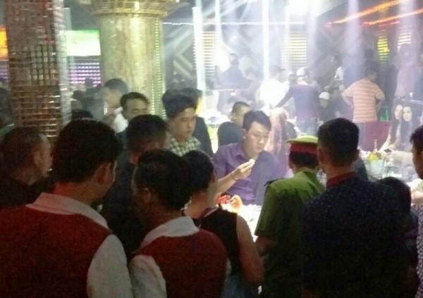 """Quang cảnh quán bar """"số 5"""" lúc rạng sáng 12/4 (Ảnh: C.T.V)"""