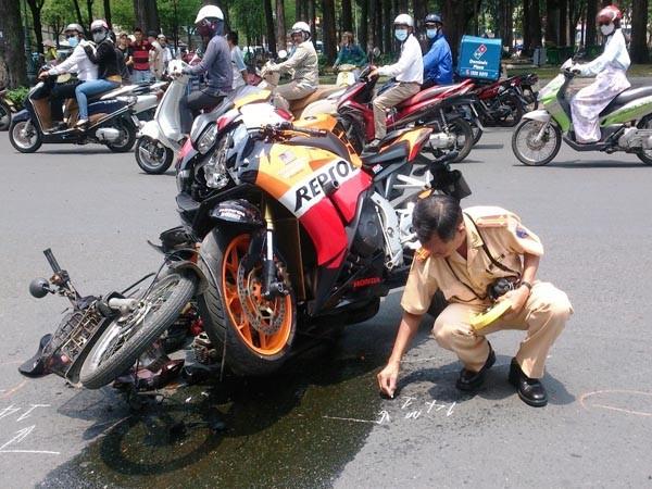 Mô tô phân khối lớn tông văng xe máy, hai người bị thương ảnh 2