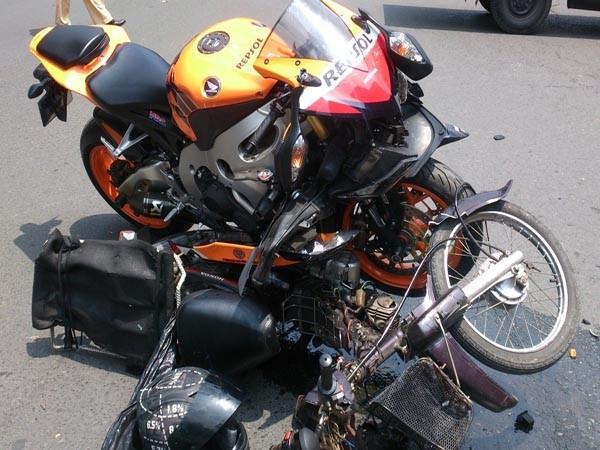 Mô tô phân khối lớn tông văng xe máy, hai người bị thương ảnh 1