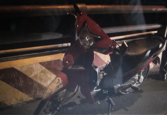 Chiếc xe máy nạn nhân để lại trên cầu (ảnh cơ quan công an cung cấp)