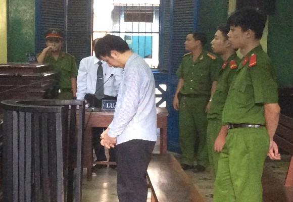 Bị cáo Trương Văn Huệ luôn cúi gằm mặt trả lời HĐXX vì hối hận trước tội lỗi đã gây ra