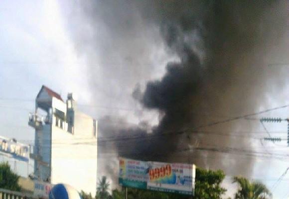 Vụ cháy lớn xảy ra tại nhà dân cột khói bốc cao ngất trời