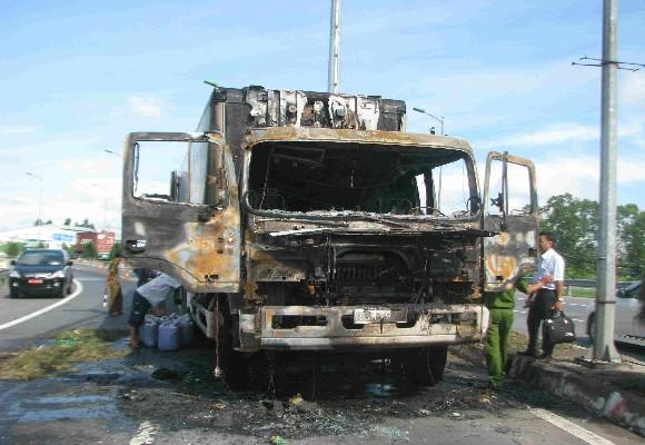 Hiện trường vụ cháy xe tải