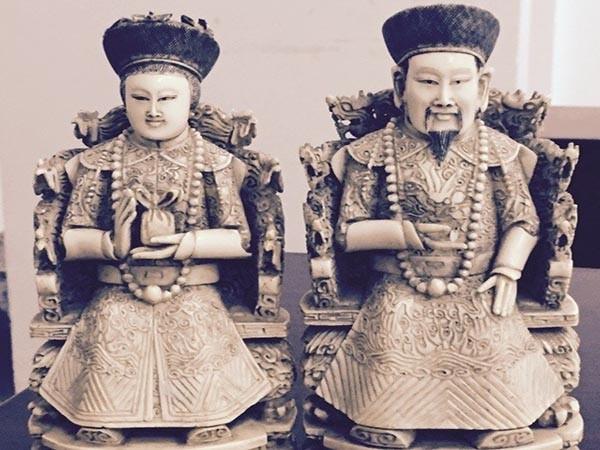 Hai bức tượng được chế tác từ ngà voi châu Phi để nhập vào Việt Nam