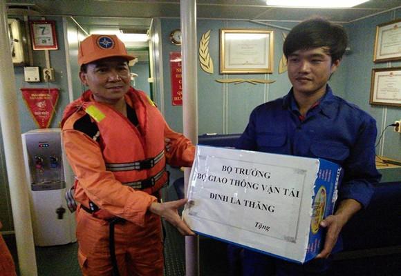 Bộ trưởng Bộ GTVT tặng quà 7 thuyền viên tàu tàu BĐ 96652 TS