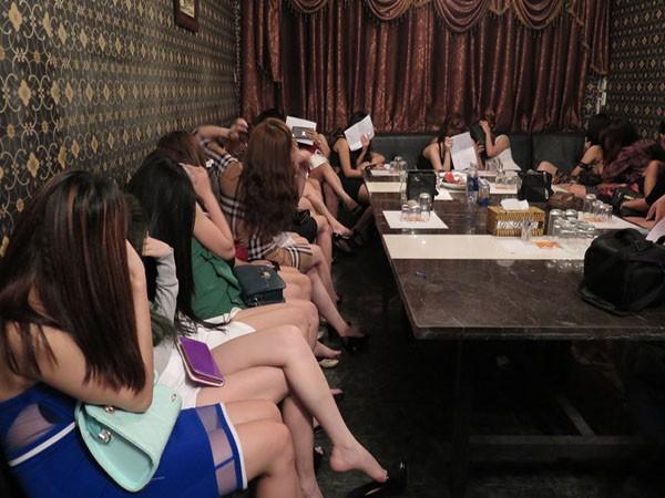 Nhiều nữ tiếp viên ăn vận mát mẻ ngồi phục vụ khách nước ngoài