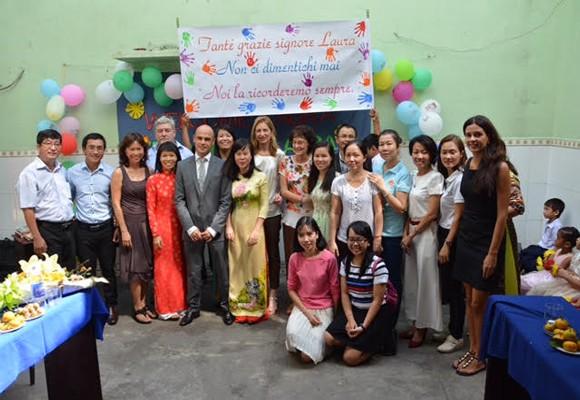 Bà Laura Mattarella chụp ảnh lưu niệm với giáo viên, học sinh trường phổ cập, quận Bình Thạnh