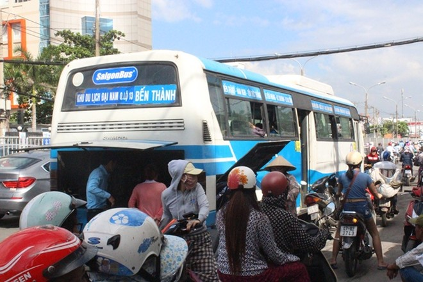 Xe buýt đang chạy khi đang lưu thông làm hàng chục hành khách hoảng loạn.