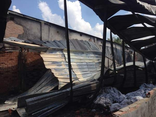 Toàn bộ nhà xưởng thiêu trụi, đổ sập.