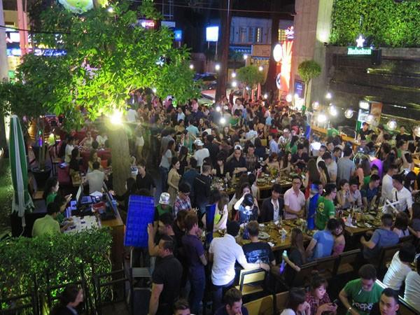 Nhà hàng Pocpoc Beer Garden hoạt động như vũ trường ngoài trời giữa trung tâm TP.HCM