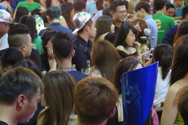Hàng đêm hàng trăm nam thanh nữ tú tụ tập tại những nhà hàng hoạt động như vũ trường ngoài trời, kiểu như Pocpoc Beer Garden