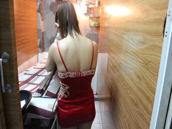 Nữ tiếp viên các tiệm hớt tóc - gội đầu ăn mặc mát mẻ