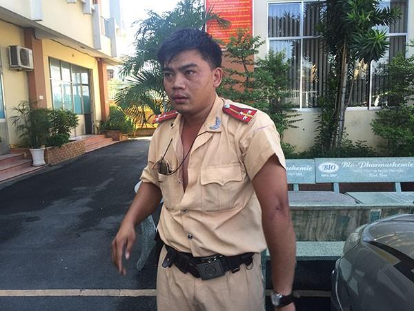 Thượng úy Võ Văn Thoại có biểu hiện nôn ói, khó thở nên được đưa đi cấp cứu