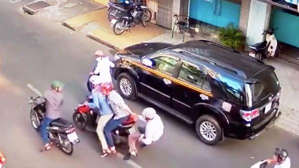 Diễn biến vụ dàn cảnh trộm tài sản xảy ra sáng 21/1 tại đường Bàn Cờ, phường 4, quận 3 bị camera của 1 hộ dân ghi lại