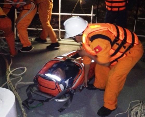Lực lượng tàu Sar 272 lên tàu để ứng cứu thuyền viên nước ngoài gặp nạn