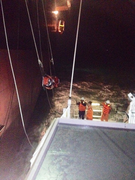 Ứng cứu nhanh 2 thuyền viên nước ngoài gặp nạn trên biển ảnh 3