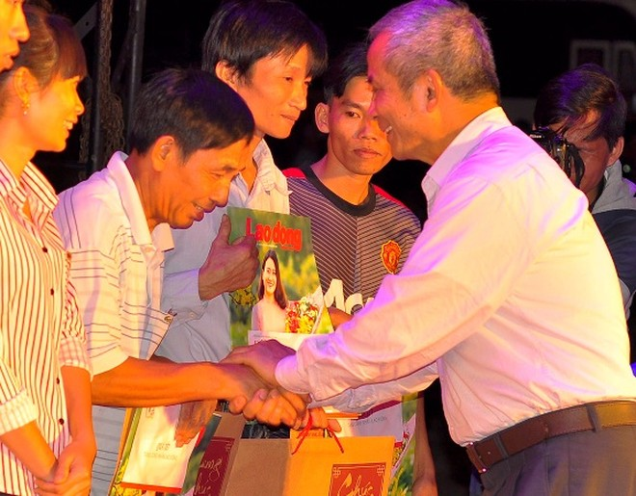 Ông Đặng Ngọc Tùng trao tặng vé xe cho người lao động về quê dịp Tết