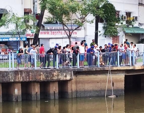 Thi thể nam sinh trôi dạt trên kênh Nhiêu Lộc - Thị Nghè sáng 1-2
