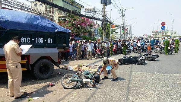 Cơ quan chức năng khám nghiệm hiện trường vụ tai nạn